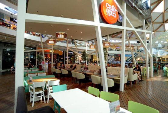 Besoin de fuir la chaleur d'Eilat le temps d'une pause? Goûtez le pur moment de bonheur qu'est celui de se détendre dans le Café Café du Canyon Ice Mall à Eilat. Outre l'avantage d'être Casher lamehadrine (Badats Beit Yossef), le menu est délicieux et le service irréprochable. Détendez-vous sur les confortables canapés à deux pas […]